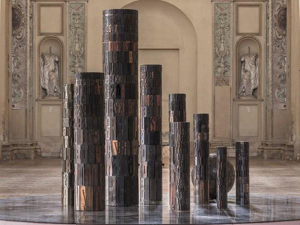 Giorgio Milani, Torre di Gutemberg, 2010, Assemblaggio di caratteri tipografici di legno, dimensione varie