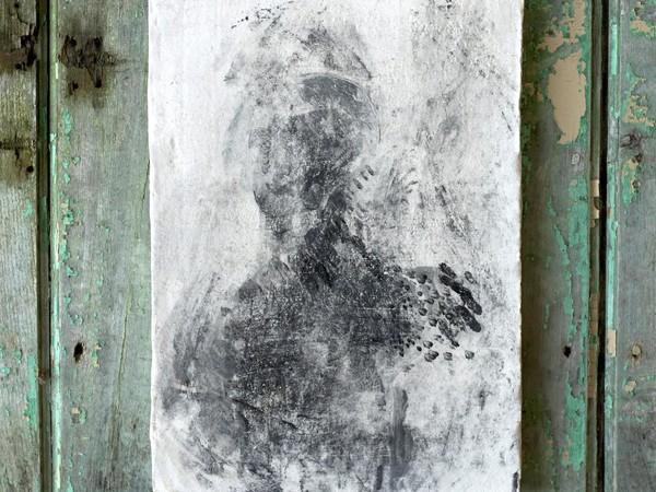Verdiana Patacchini, Figura I, 2016. Ceramica, engobbio su terra refrattaria, 44 x 31 x 2 cm.