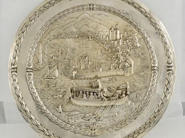 """Placca d'argento raffigurante """"Un barcheggio di nobili sullo sfondo della veduta della città di Genova"""", argentiere fiammingo del XVII secolo"""