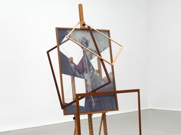 Giulio Paolini,<em> L'Indifférent</em>, 1992, Fotografia a colori incorniciata, cavalletto, cornici di legno, lastra di plexiglass trasparente, lastra di plexiglass specchiante, 180 x 130 x 230 cm