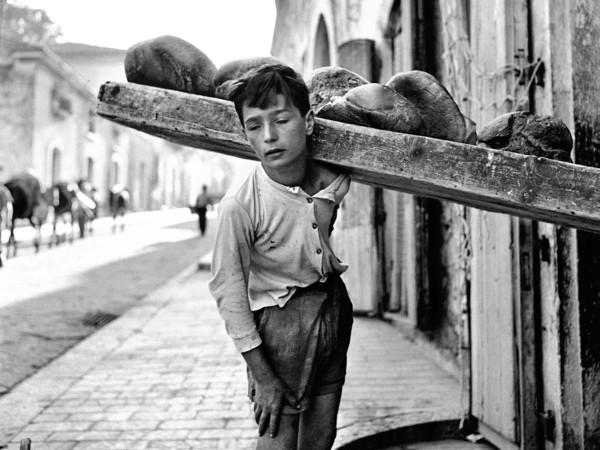 Nino Migliori, <em>Portatore di pane</em>, 1956 | © Fondazione Nino Migliori<br />