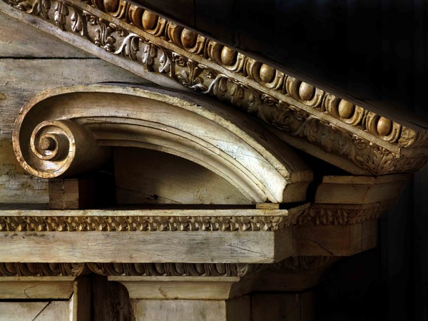 """<a title=""""El Greco, architetto di altari. Fotografie di Joaquìn Bérchez"""" href=""""http://www.arte.it/calendario-arte/vicenza/mostra-el-greco-architetto-di-altari-fotografie-di-joaqu%C3%ACn-b%C3%A9rchez-13487"""" target=""""_blank""""><strong>El Greco, architetto di altari. Fotografie di Joaquìn Bérchez</strong></a> in mostra al Palladio Museum di Vicenza dal 28 Febbraio al 14 Giugno 2015. <br />In foto: El Greco, Particolare dell'altare laterale della chiesa dell'Ospedale Tavera,"""