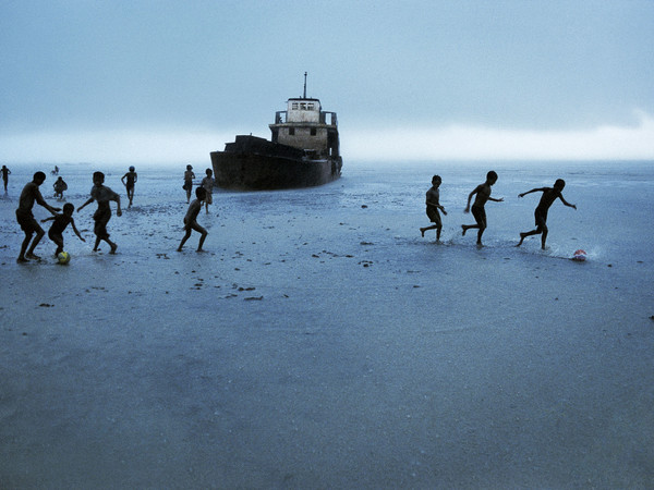 Steve McCurry, <span>Football Match. Sittwe, Birmania/Myanmar, 1995</span>
