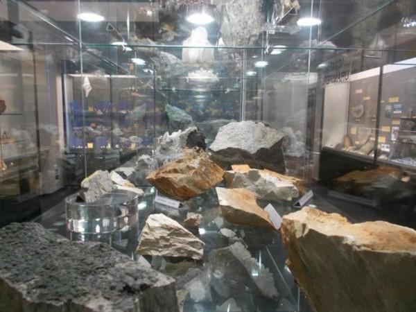 """La vetrina mineralogia della collezione Giampaolo Piccoli, Museo civico """"F. Eusebio"""", Alba"""