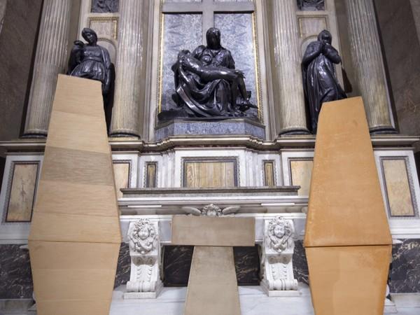 Nedda Guidi, Anfore, 1990, terracotta-ossidi, misure ambientali (h. cm. 160 x 220), Chiesa di Sant'Andrea della Valle, Roma