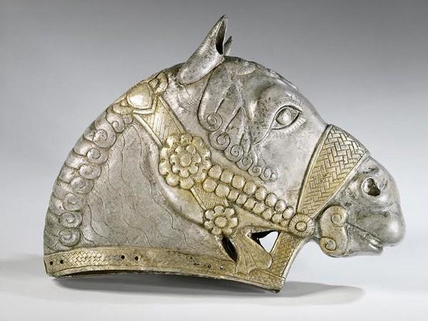 Testa di cavallo, IV secolo d.C, argento dorato, dipartimento di Antichità Orientali. Museo del Louvre, Parigi