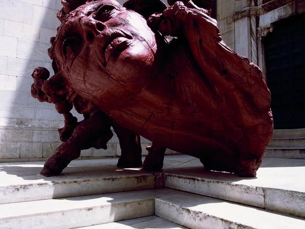 Javier Marín, Cabeza Roja, 2008. Resina di poliestere rossa, 234x294x165 cm.