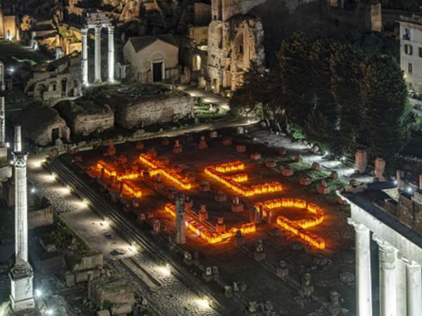 Installazione&nbsp;<em>HELP</em> realizzata da Maria Cristina Finucci, Basilica Giulia - Foro Romano, Roma, vista dal drone