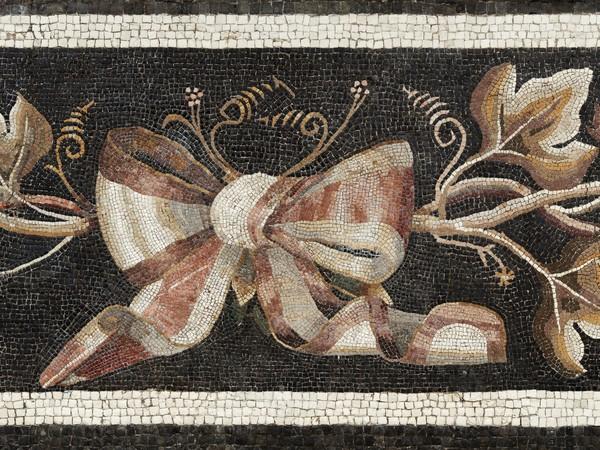 """<div class=""""page"""" title=""""Page 1""""> <div class=""""layoutArea""""> <div class=""""column""""><span>Mosaico con raffigurazione di tralcio di vite e fiocco. Particolare<br /></span><span>Da una domus a nord del complesso basilicale Seconda metà I sec. a.C.,</span>Nuovo Museo Archeologico Nazionale di Aquileia</div> </div> </div>"""