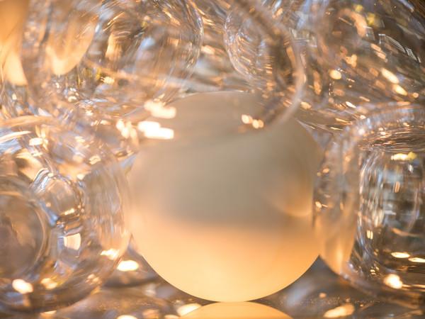 Koen Vanmechelen, Under Pressure, 2014, vetro, uova in vetro, uova in marmo, 45x45x45 cm.