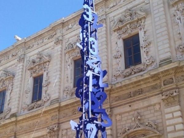 L'Albero della cuccagna di Mimmo Paladino in largo Santa Croce, Lecce