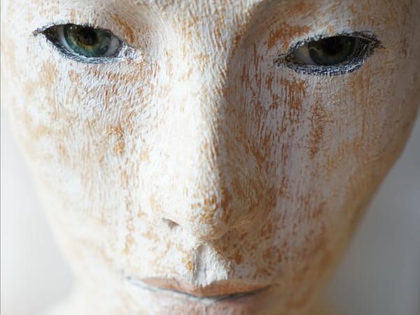 Walter Moroder, Ansciuda 2 (detail), 2020, 172 x 36 x 24 cm., stone pine, acryl, glass eyes