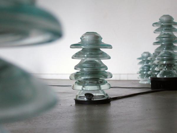 Michelangelo Penso, Cronotopo, 2019, 76 isolatori in vetro, multimedia, gomma antiolio, dimensioni ambientali