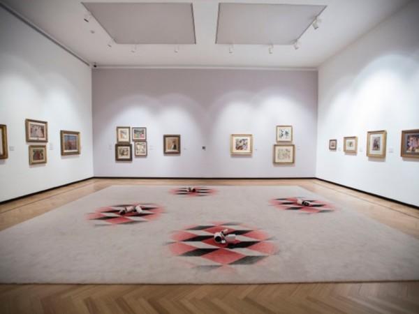 Jorge Macchi, La noche de los museos, 2016. Tappeto di lana, faretti, 554x665 cm.