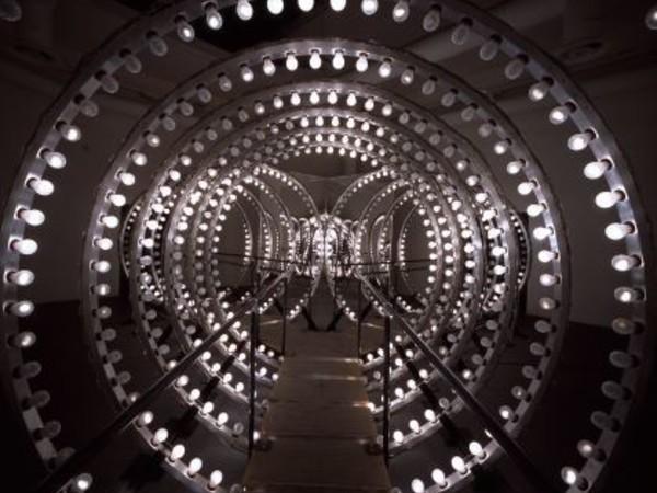 Carsten H&ouml;ller, <em>Y</em>, 2003 (dettaglio), Lampadine, DMX lighting control system, alluminio, segnali luminosi su entrambe le uscite, cavi, legno, acciaio, specchi, 300 x 600 x 1.200 cm | Courtesy dell&rsquo;artista e Thyssen-Bornemisza Art Contemporary, Vienna - Foto &copy; Attilio Maranzano, 2003<br />