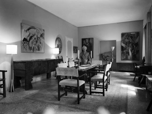 Peggy Guggenheim nella sala da pranzo di Palazzo Venier dei Leoni, anni '60 | © Fondazione Solomon R. Guggenheim | Foto: Archivio Cameraphoto Epoche / Donazione Cassa di Risparmio di Venezia 2005<br />