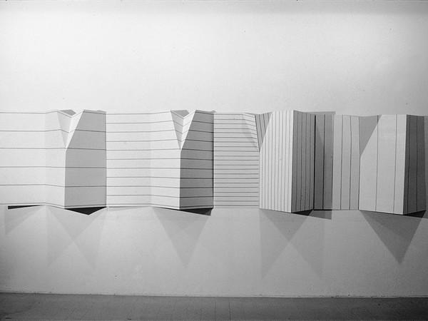 Grazia Varisco. Grande Dépliant, 1983/84, smalto su cartone milleonde (4 elementi), 105 x 600 x 25 cm.