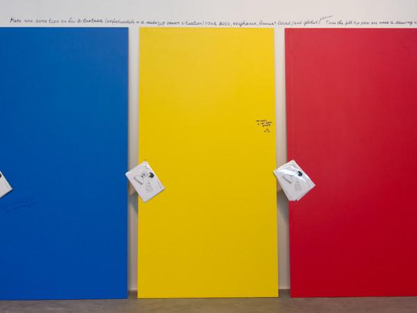 Nedko Solakov, What to Do With Your Boss, Neighbour...?, 2008, inchiostro su carta, manuale di 7 disegni (21 x 29,7 cm ciascuno), 3 set con copie laminate, attaccate su 3 pannelli, giallo, blu e rosso; pennarelli; pubblico che partecipa 280x200x2 cm.