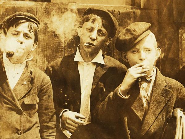 Lewis W. Hine, Giovanissimi strilloni stanno fumando in un momento di pausa. 9 maggio 1910, St. Louis, Missouri, USA