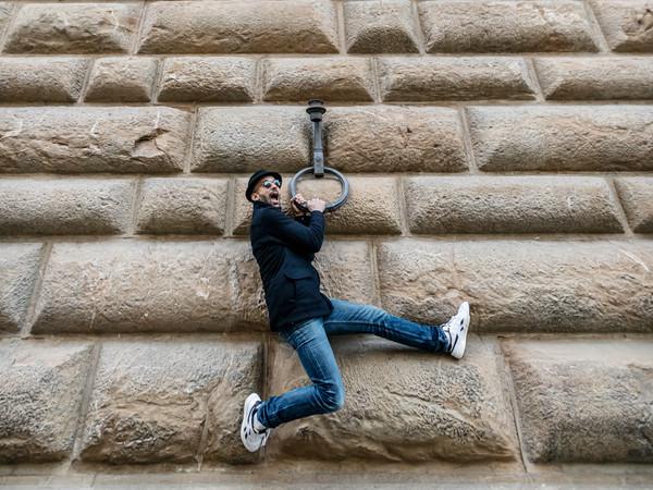 Dal 19 marzo al 22 agosto un'installazione monumentale sulla facciata del palazzo fiorentino