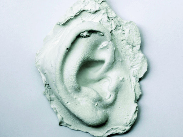 Maria Nitulescu, The eyes of my dreamed hearing, 2020 – 2021. Gesso, 6 x 4 x 2 cm. Edizione di 100 + 20 AP