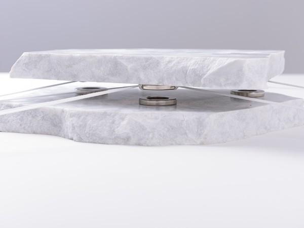 Marco Cingolani, Stato di tensione n. 3, 2020, marmo di carrara, magneti al neudimio, corda, dimensioni variabili