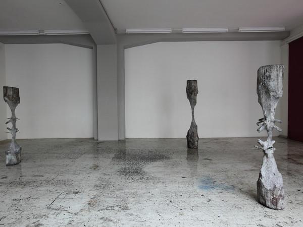 Giorgio Andreotta Calò, Scolpire il tempo, 2010, tre sculture di bronzo in una installazione dimensioni variabili (158 x 27 cm; 134 x 22,5 cm; 137 x 24 cm)