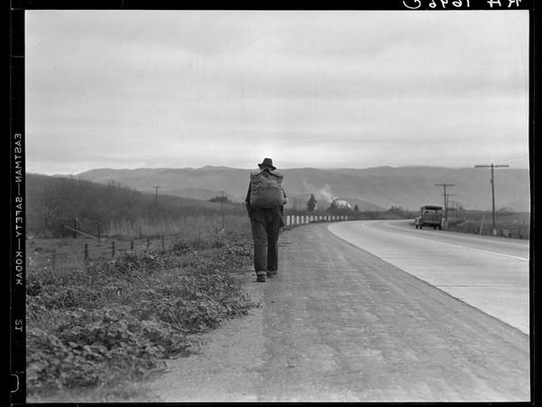 Dorothea Lange, Uomo cammina Bum blockade. All heading north. South of King City, California, 1936