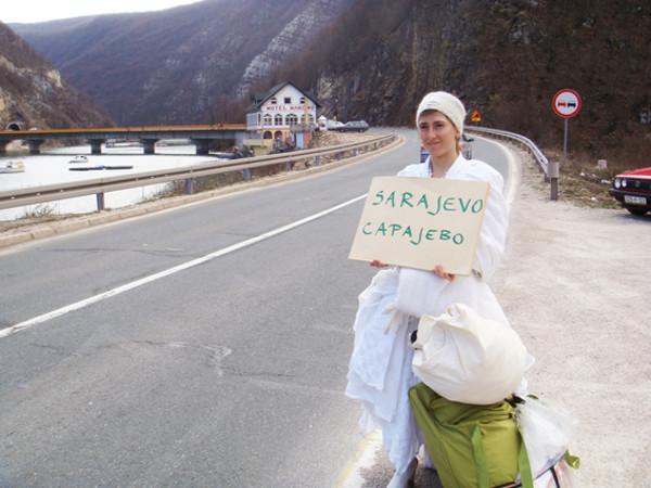 Pippa Bacca fa l'autostop verso Sarajevo durante Il Viaggio delle Spose, marzo 2008
