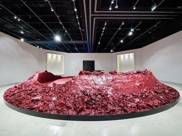 Anish Kapoor, <em>My Red Homeland, </em>2003 in esposizione nella mostra &quot;<em>The Creative Act: Performance, Processo, Presenza</em>&quot; della collezione del Guggenheim Abu Dhabi.&nbsp;<span>FTP Edelman</span>