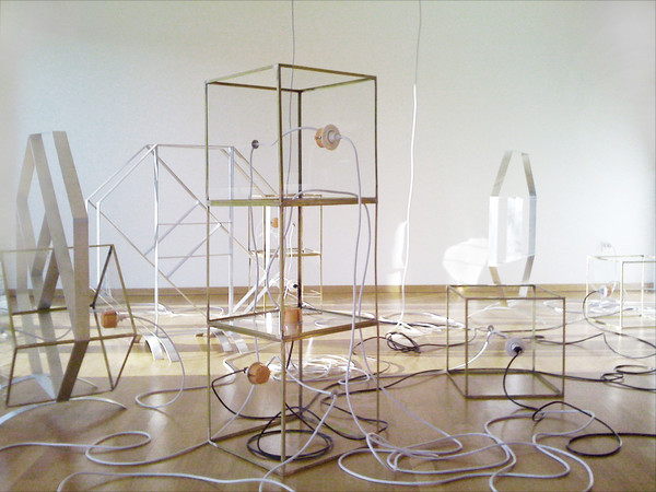 Judith Fergerl, Lazy Eight, 2011/2012. Scultura in 12 parti (ottone, alluminio, vetrio, cavi, spine elettriche), dimensioni variabili