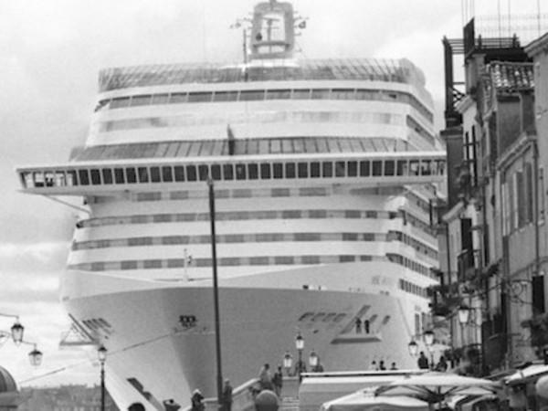 Gianni Berengo Gardin, Venezia, aprile 2013, Le grandi navi da crociera invadono la città, La MSC Divina passa davanti al centro storico