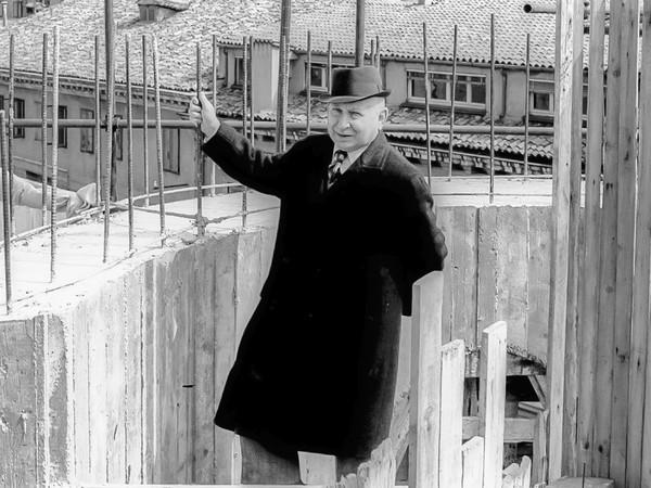 <em>Giuseppe Samonà nel cantiere della Banca d'Italia a Padova</em>, 1968, Collezione Andrea Samonà e Livia Toccafondi