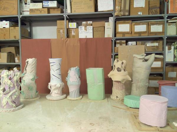 Alessandro Roma, Untitled, ceramica, 2017, dimensioni varie. MIC - Museo Internazionale delle Ceramiche in Faenza