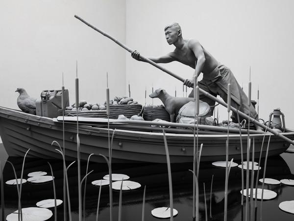 Hans Op de Beeck, The Boatman, 2020, poliestere, acciaio, legno, MDF, resina epossidica, fibra di vetro, poliammide, gesso sintetico, rivestimento, canna, vetro, PA, gomma, bambù 400 x 400 x 180 cm.