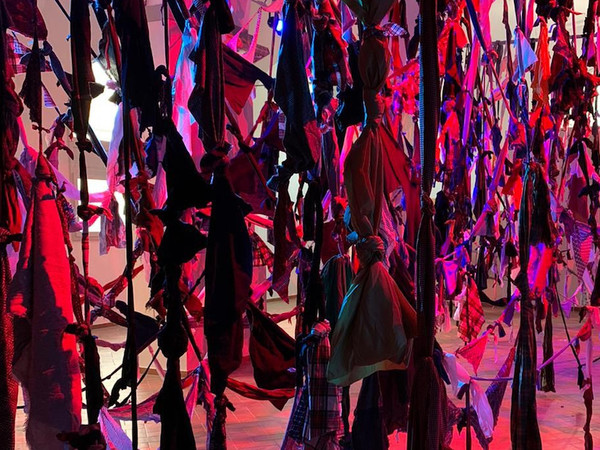 Francesca Pasquali, <em>Labirinto</em>, 2020, installazione sito specifica, scampoli di tessuto intrecciati a mano, Aula Santa Maria Maddalena, Mirandola