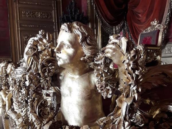 Particolare della balaustra del trono di Palazzo Reale di Torino dopo il restauro