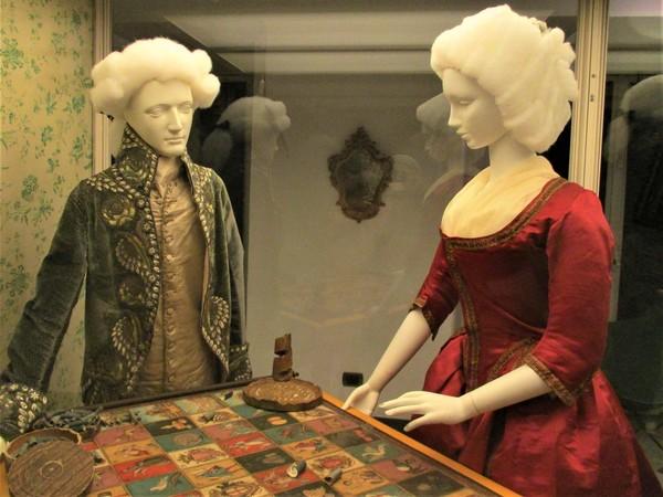 """""""Vestirsi d'arte"""": abiti e accessori di moda del XIX secolo a Palazzo Bianco, Genova"""