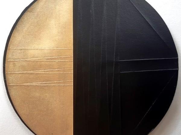 Maria Credidio, C'era un cerchio, 2020, vernice acrilica su carta cotone, cera d'ape, cm. 30x30