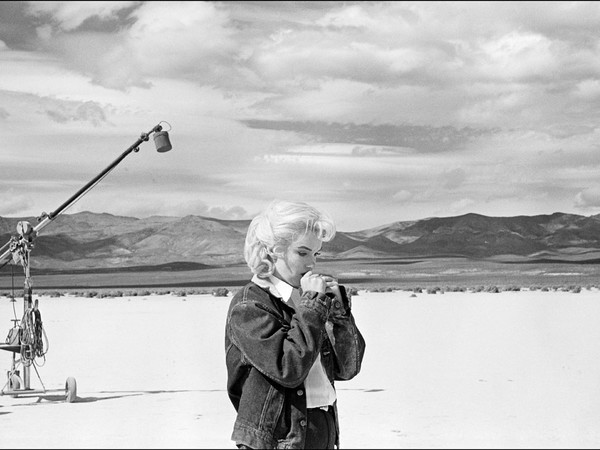 "© USA. Nevada, US actress Marilyn MONROE on the Nevada desert going over her lines for a difficult scene she is about to play with Clarke GABLE in the film ""The Misfits"" by John HUSTON, 1960 © Eve Arnold/Magnum Photos"