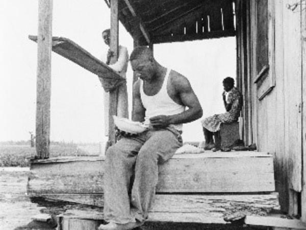 Mezzadro mangia nel portico. Giugno-luglio 1937, Clarksdale County, Mississippi, U.S.A