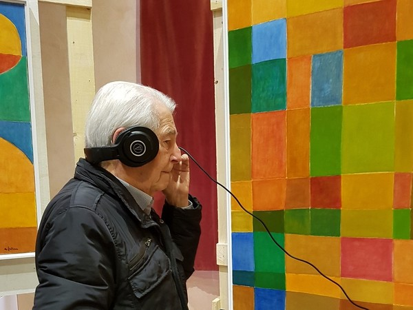 Antonio Gallina davanti alle sue opere