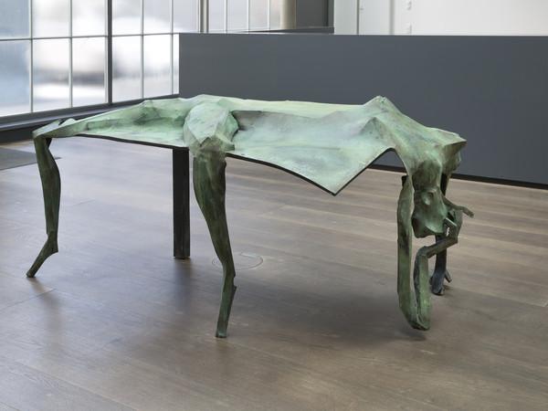 Georg Herold, Après Rasage, 2015, rivestito in bronzo, 100x119x215 cm.