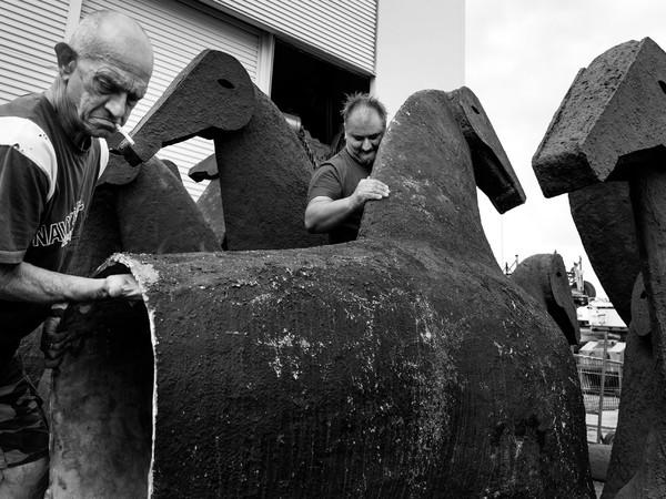 Fase di lavorazione dei Cavalli di Mimmo Paladino nel Cantiere Navale G.M.G di Ancona, agosto 2020