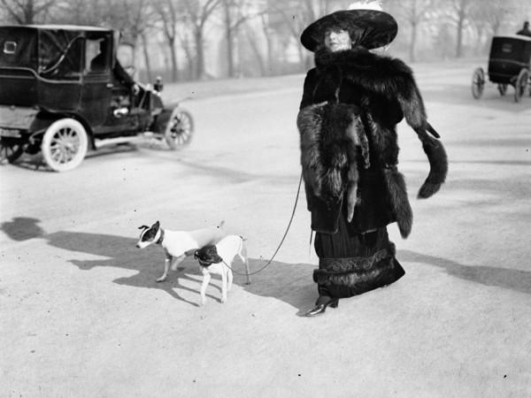 """Jacques Henri Lartigue, Anna la Pradvina, aussi appelée """"La femme aux renards"""", Avenue du Bois, Paris, 1911"""