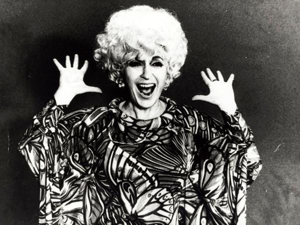 Cathy Berberian posa con il vestito di scena di Stripsody, circa 1966