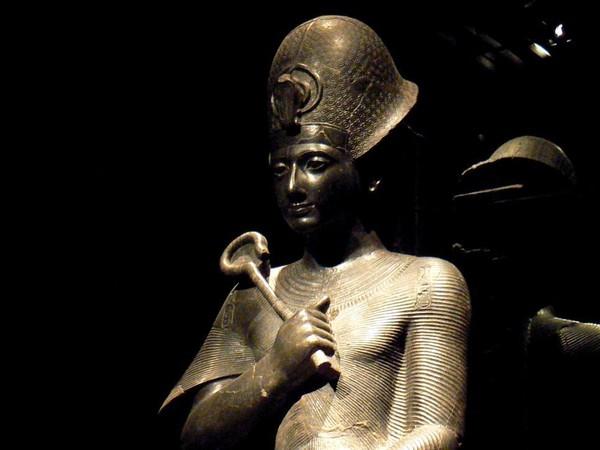 Statue della dea Iside, della dea Sekhmet e di Ramses II
