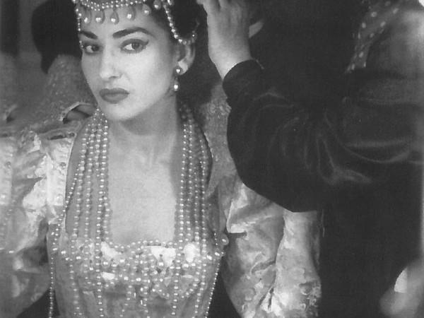 Maria Callas in camerino mentre si prepara ad interpretare Ifigenia di Gluck, Milano, 1957