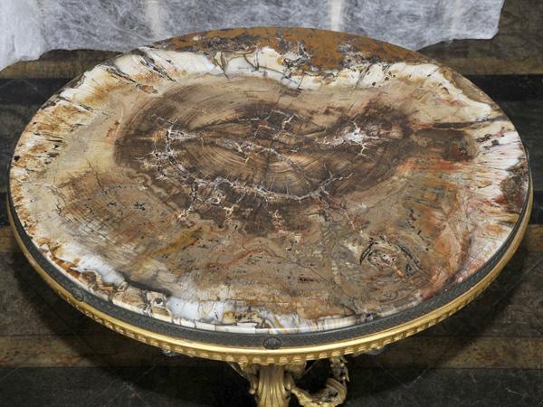 Tavolino con piano in legno pietrificato