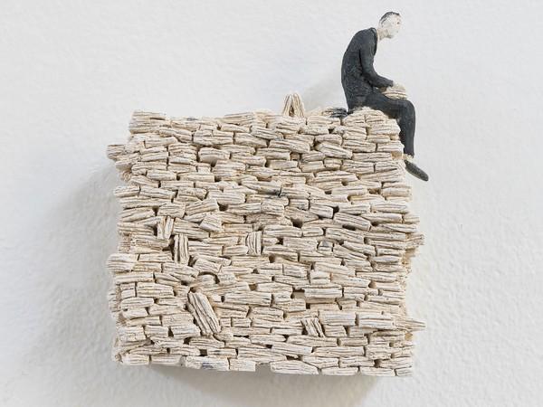 Pino Deodato, Trasloco, 2018, terracotta policroma a ingobbio, cm. 16x18x4